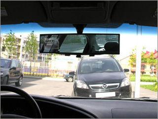 вид установленного зеркала с монитором